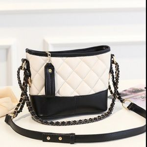 Handbags - 💥NEW💥 Quilted Vegan Leather Bag